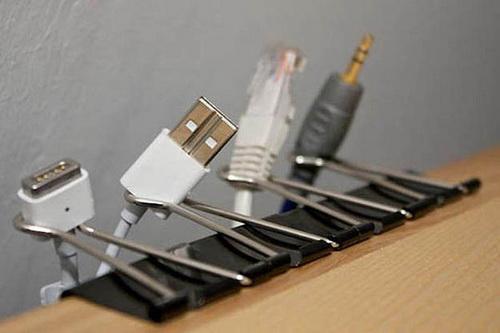 Скрепки для бумаги, прикрепленные к столу, не дают спутаться проводам