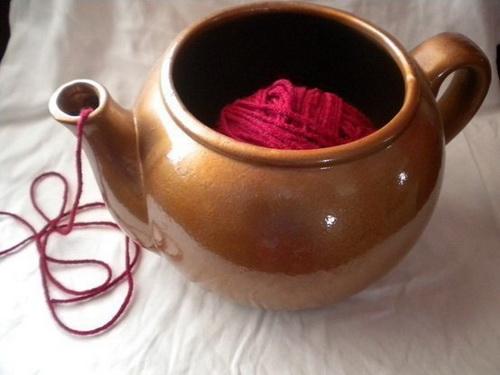 Во время вязания клубок ниток положили в чайничек, а нитку вытягивают через носик, чтобы предотвратить спутывание